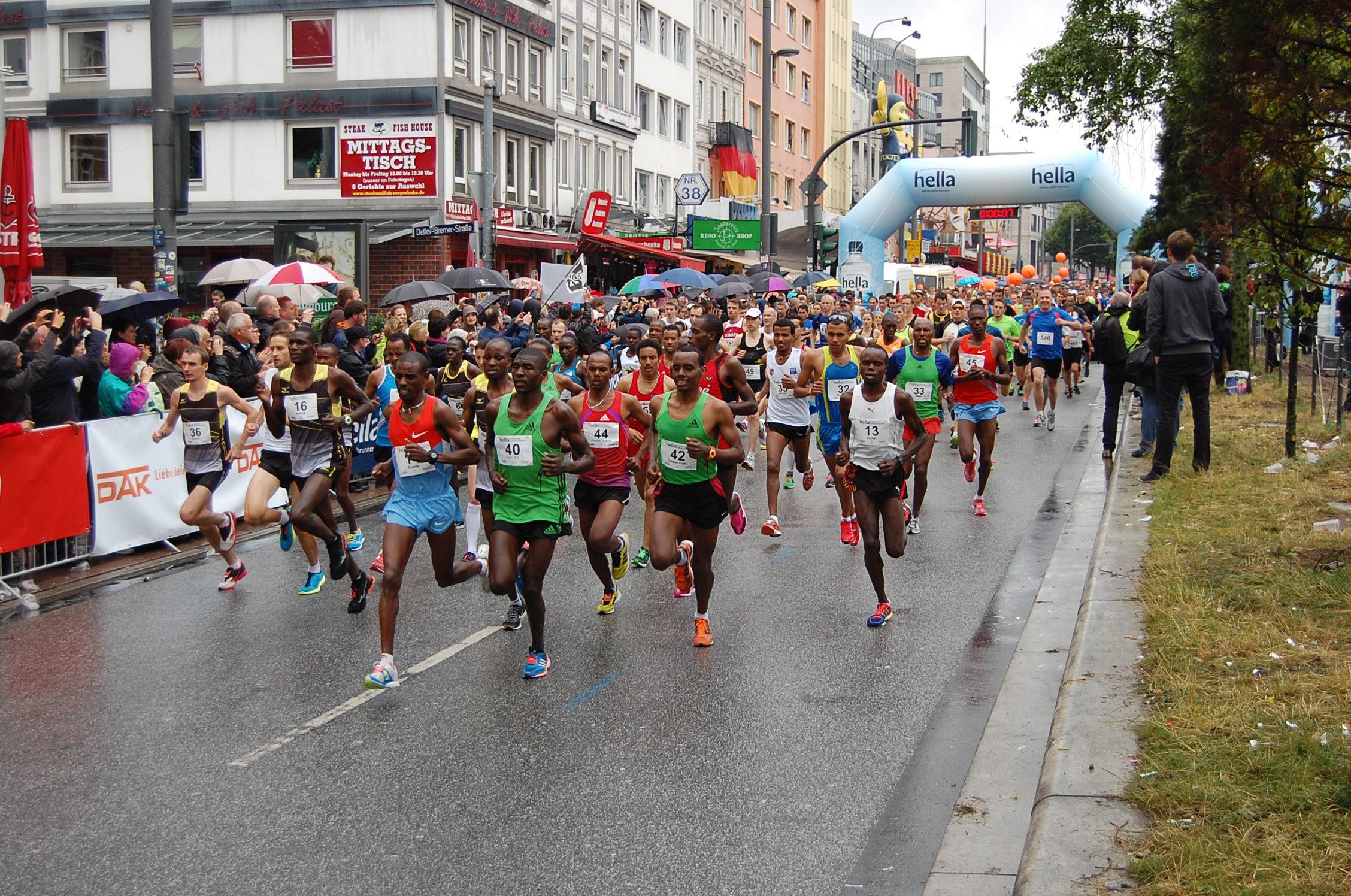 20. hella Halbmarathon: Start (rechte Spur der Reeperbahn)