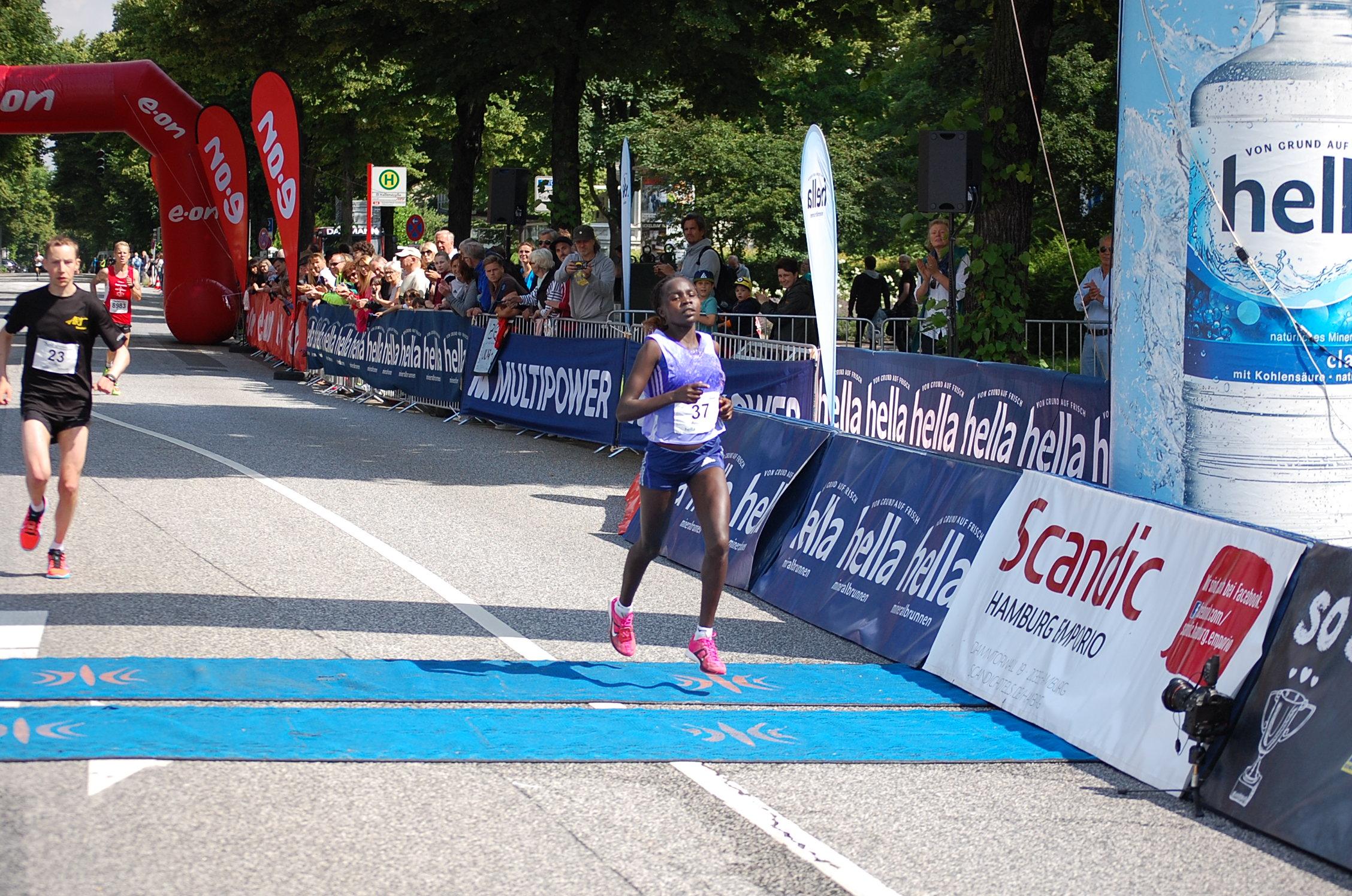 22. hella Halbmarathon: Zieleinläufe von der ersten Frau bis vor der ersten Deutschen